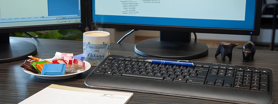 Kaffeetasse und PC-Arbeitsplatz