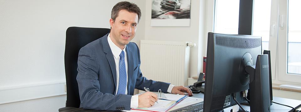 Steuerberater Tino Schenk am Schreibtisch