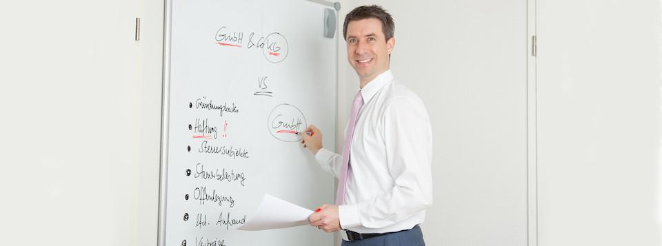 Steuerberater Tino Schenk vor Whiteboard